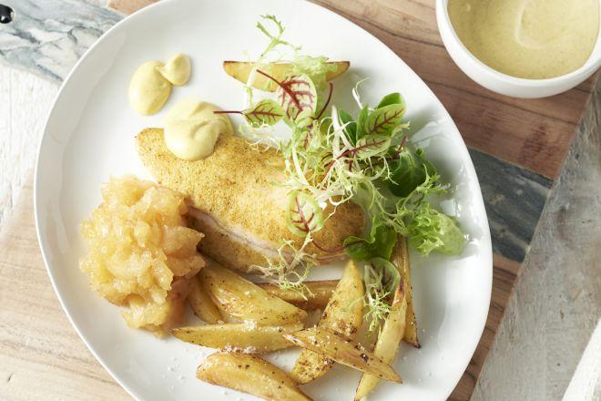 Kip uit de oven met appelmoes en aardappelwedges